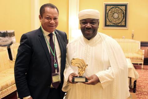 SEM Ali Bongo-Odimba avec le trophée Africa Telecom People reçu en 2013